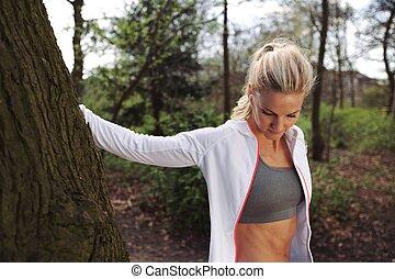mooi, jonge vrouw , het rusten, na, jogging, in, een, park