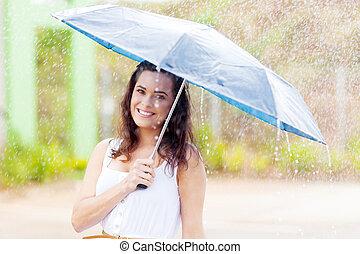 mooi, jonge vrouw , in de regen