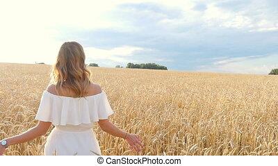 mooi, jonge vrouw , in, witte kleding, op, weit veld