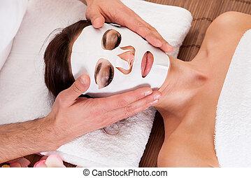 mooi, jonge vrouw , krijgen, gezichtsmasker