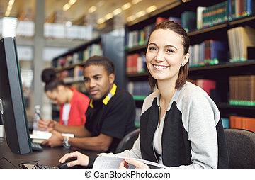 mooi, jonge vrouw , op, bibliotheek, doen, online onderzoek