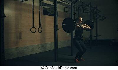 mooi, jonge vrouw , opleiding, met, dumbbells, in, gym