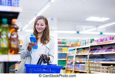 mooi, jonge vrouw , shoppen , in, een, kruidenierswinkel,...