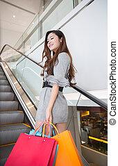 mooi, jonge vrouw , shoppen , in, mall