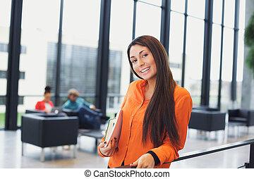 mooi, jonge vrouw , staand, in, campus, hallway