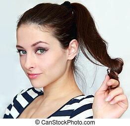 mooi, jonge vrouw , vasthouden, de, haar, met, flirten, blik