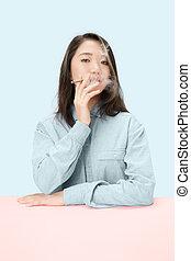 mooi, jonge vrouwen, rokende sigaar, terwijl, aan het zitten, met, krant, in, zonnebrillen