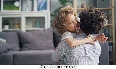 mooi, jongen, weinig; niet zo(veel), vertragen, liefde, emrbacing, motie, tederheid, moeder