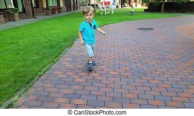 mooi, jongen, zomer, park, rennende , video, 4k, het...