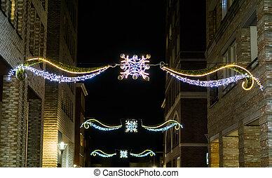 mooi, kerst decoraties, hangend, tussen, de, gebouwen, in de stad, straten, op de avond