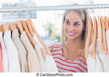 mooi, kijkende vrouw, op, kleren