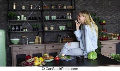 mooi, klesten, mobiele telefoon, thuis, meisje, keuken