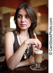 mooi, koffie, vrouw, dof., ondiep, jonge, latte, cafe., het genieten van