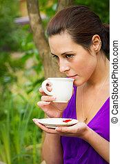 mooi, koffie, vrouw, jonge, buitenshuis, drinkt