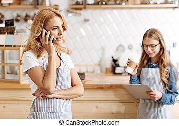 mooi, koffiehuis, eigenaar, het spreken op de telefoon, met, partners