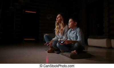 mooi, levend, zijn, console, haar, gezin, gokken, land, house., zoon, video, moeder, kamer, spelen, spelend, vrolijke