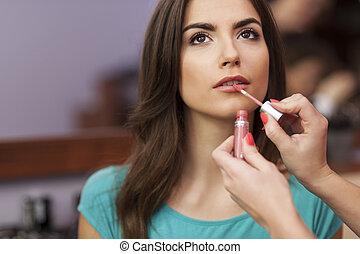 mooi, lippen, vrouw, aan het dienen, lip-gloss