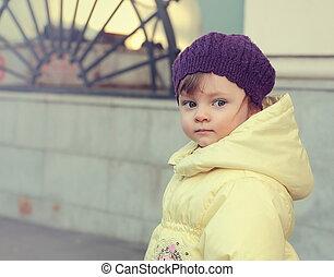 mooi, looking., closeup, baby, verticaal, meisje, hoedje
