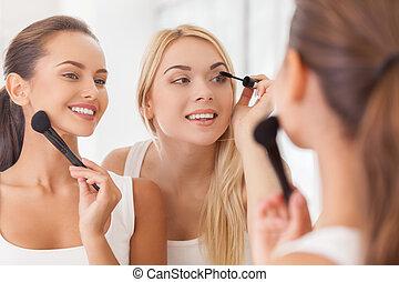 mooi, make-up, twee, samen, nakomeling kijkend, terwijl, samen., spiegel, het glimlachen, vrouwen