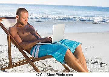 mooi, man, gebruik, zijn, draagbare computer, terwijl, relaxen, op, zijn, dekstoel