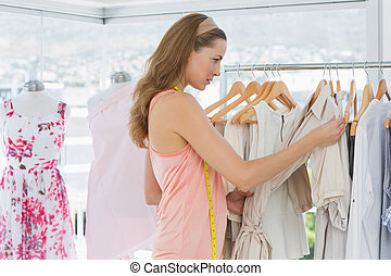 mooi, manierontwerper, kijken naar, kleren, op, rek