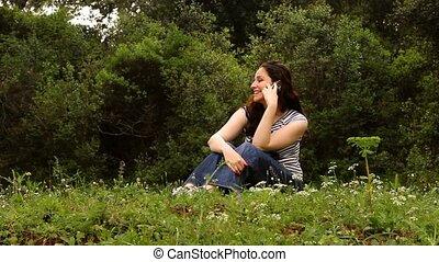 mooi, meisje, het spreken op de telefoon, in, platteland, 2