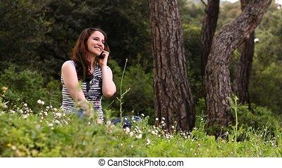 mooi, meisje, het spreken op de telefoon, in, platteland, 3