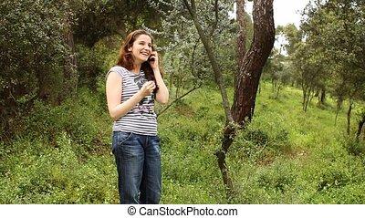 mooi, meisje, het spreken op de telefoon, in, platteland