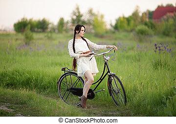 mooi, meisje, in, ouderwetse , witte kleding, met, oude fiets, op, de, groene, zomer, field.