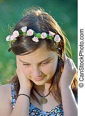 mooi, meisje, krans, bloemen