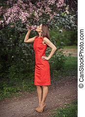 mooi, meisje, met, voorjaarsbloem