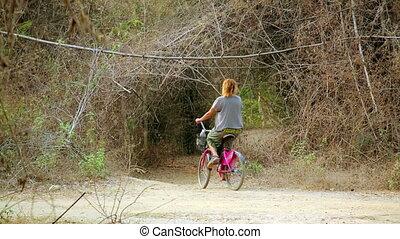 mooi meisje, op de straat, met, haar, fiets, het reizen, laos