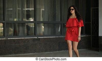 mooi, meisje, wandelende, op de straat