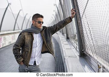 mooi, modieus, man staand, op, een, brug, kijken beneden