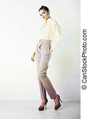 mooi, modieus, meisje, in, witte broeken, en, blouse, het...