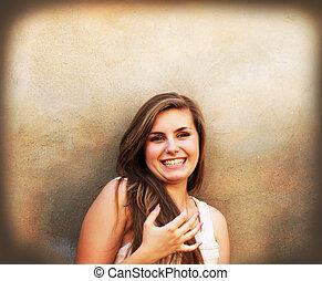 mooi, muur, ouderwetse , achtergrond, het glimlachen van het meisje
