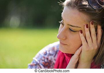 mooi, nadenkend, jonge vrouw , in het park, op, een, warme, zomer dag