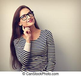 mooi, ongedwongen, denkende vrouw, in, bril, het kijken, boven., toned, verticaal