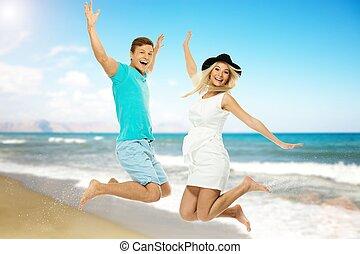 mooi, paar, jonge, springt, het glimlachen, strand