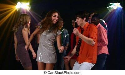 mooi, paar, van, jongeren, dancing, aan een partij, in, de, spotlight., slowmotion