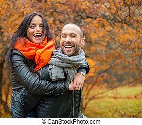mooi, paar, van middelbare leeftijd, herfst, buitenshuis, dag, vrolijke