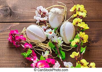 mooi, paaseitjes, met, bloemen, op, de, houten, achtergrond