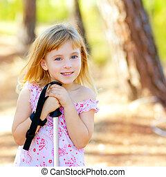 mooi, parkeer bos, het glimlachen van het meisje, geitje