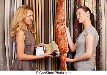 mooi, portie, vrouw, het selecteren, jonge, verkoper, textiel, blonde , meisje, color., vinden