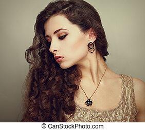 mooi, profiel, van, vrouwelijk model, kijken beneden, met, lang, bruine , krullend, hair., ouderwetse , verticaal