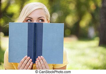 mooi, relaxen, haar, beauty., park, informatietechnologie, nakomeling kijkend, terwijl, boek, vasthouden, voorkant, vrouwen, gezicht, smart, uit