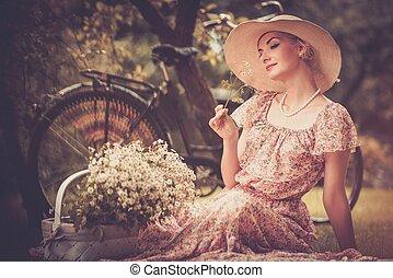 mooi, retro, vrouw, met, mand, van, bloemen, n, en, fiets, achter, haar