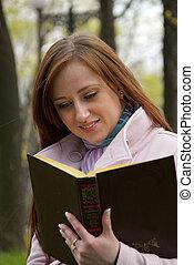 mooi, roodharige, vrouwenlezing, boek, op, een, weide