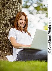 mooi, roodharige, zittende , met, haar, draagbare computer