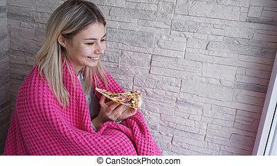 mooi, roze, vrouw, haar, ruitjes, houden, eet, hand, snede, informatietechnologie, pizza